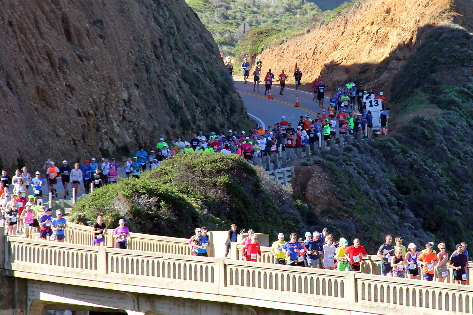 Crowd_of_runners_on_Bixby_Bridge.jpg